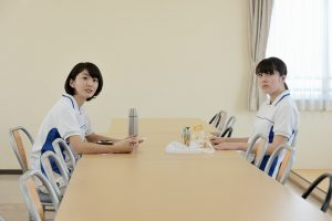 映画『歩けない僕らは』の宇野愛海(右)と堀春菜